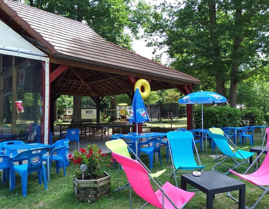 camping-etang-de-la-vallee-combreux-avec-terrasse-snack-bar-espace-camping