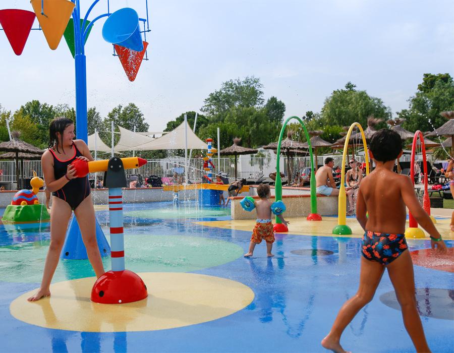 Espace aquatique avec jeux pour enfants